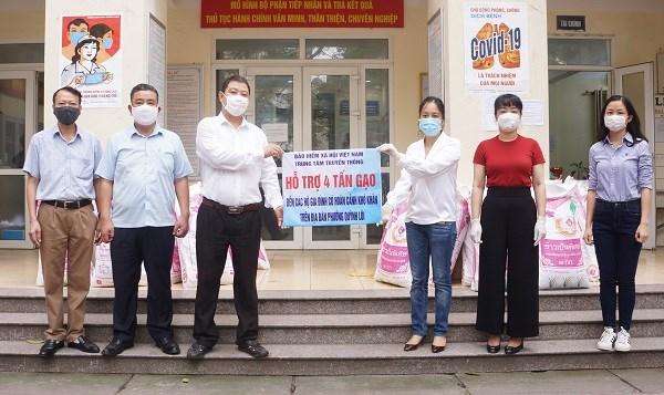 Trung tâm Truyền thông (BHXH Việt Nam) phối hợp với UBND phường Quỳnh Lôi (quận Hai Bà Trưng, Hà Nội) tặng 4 tấn gạo đến người dân có hoàn cảnh khó khăn trên địa bàn do dịch Covid-19 gây ra.