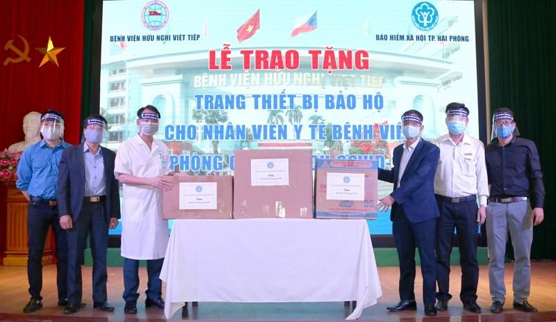 Đoàn Thanh niên BHXH TP. Hải Phòng trao tặng 500 mũ chắn giọt bắn tới các y bác sỹ làm việc tại Bệnh viện Hữu nghị Việt Tiệp – những người đang ở tuyến đầu chống dịch Covid-19 của TP. Hải Phòng.