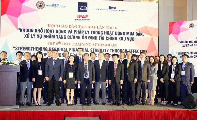 Các đại biểu chụp ảnh lưu niệm tại Hội thảo.