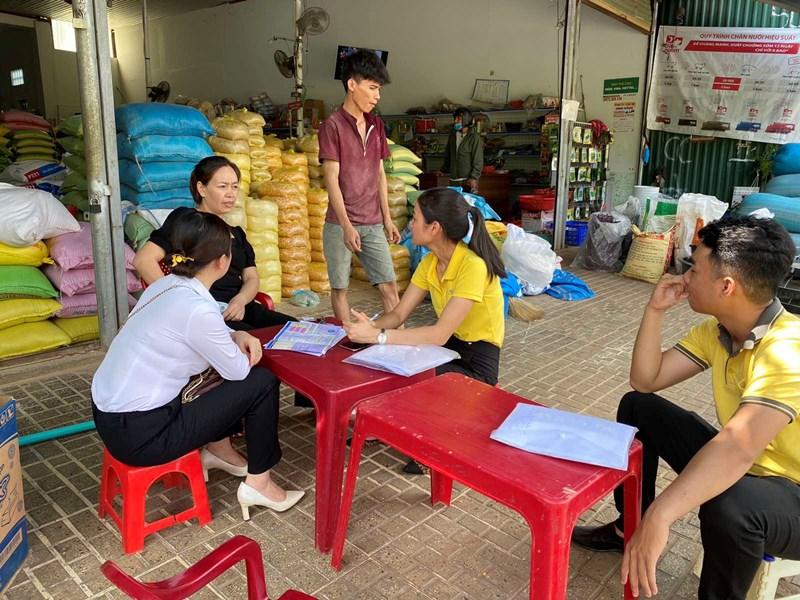 BHXH Đắk Nông phối hợp với Bưu điện tỉnh Đắk Nông tuyên truyền trực tiếp tại nhà dân