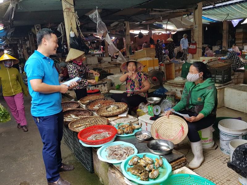 Cán bộ BHXH tuyên truyền lưu động về chính sách BHXH cho các tiểu thương tại các chợ trên địa bàn
