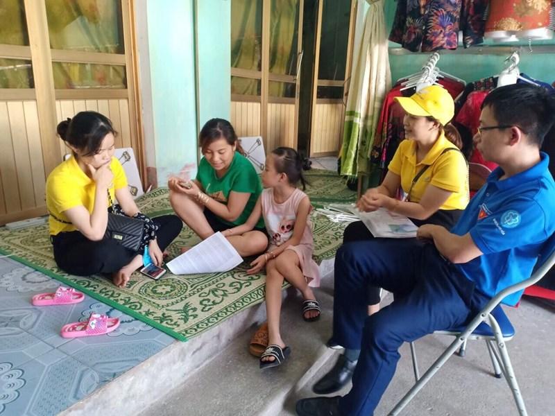 Cán bộ BHXH Thanh Hóa đến gặp và tư vấn BHXH cho người dân