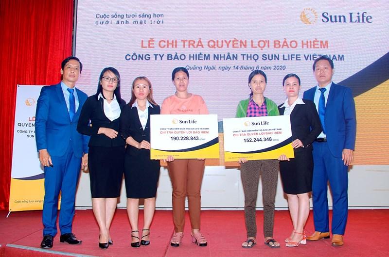 Số tiền Sun Life Việt Nam chi trả quyền lợi bảo hiểm cho hai khách hàng là hơn 342 triệu đồng.