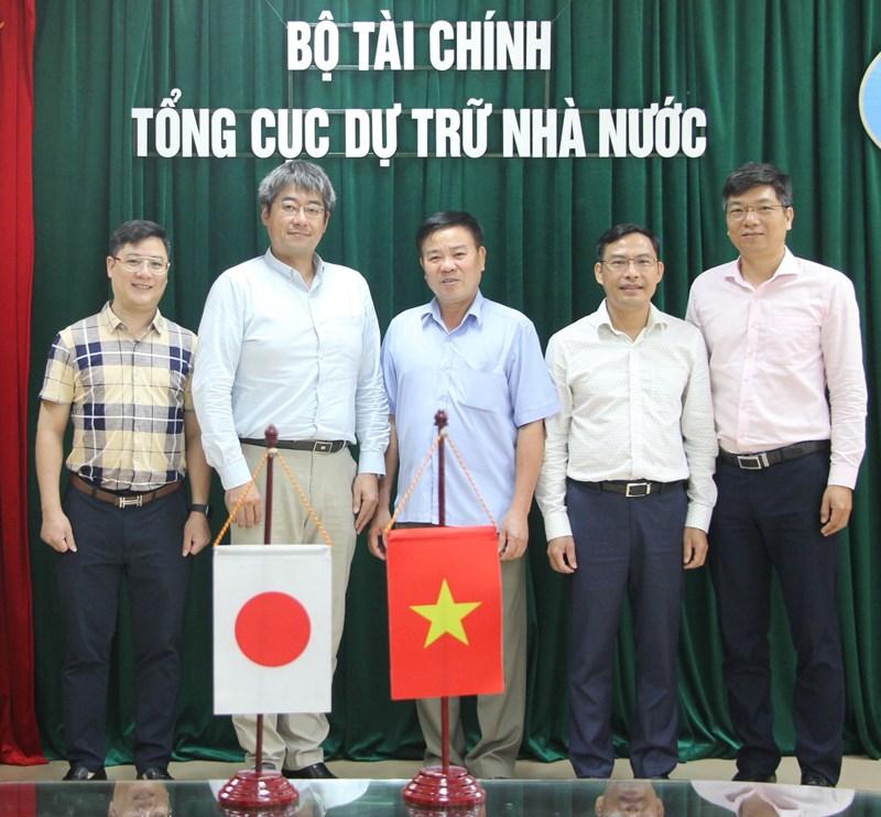 Lãnh đạo Tổng cục Dự trữ Nhànước chụp ảnh lưu niệm với ông TsuchiyaTakehiro - Tham tán Đại sứ quán Nhật Bản tại Việt Nam.
