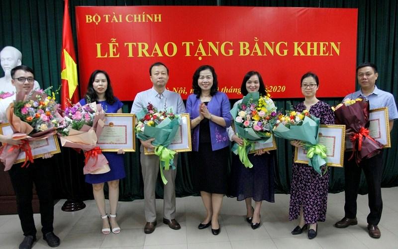 Thứ trưởng Bộ Tài chính Vũ Thị Mai trao tặng Bằng khen của Bộ trưởng Bộ Tài chính cho 6 cơ quan báo chí ngoài ngành Tài chính.