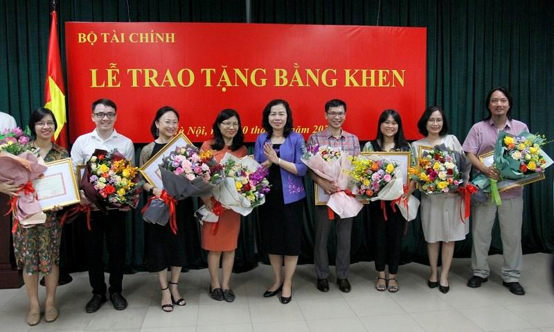 Thứ trưởng Bộ Tài chính Vũ Thị Mai trao tặng Bằng khen của Bộ trưởng Bộ Tài chính cho các phóng viên công tác tại các cơ quan báo chí ngoài ngành Tài chính.