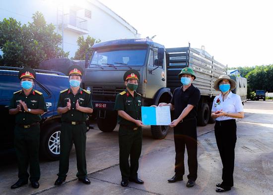 Lãnh đạo Cục DTNN khu vực TP. Hồ Chí Minh giao Biên bảngiao nhận hàng DTQG cho Quân khu 7.
