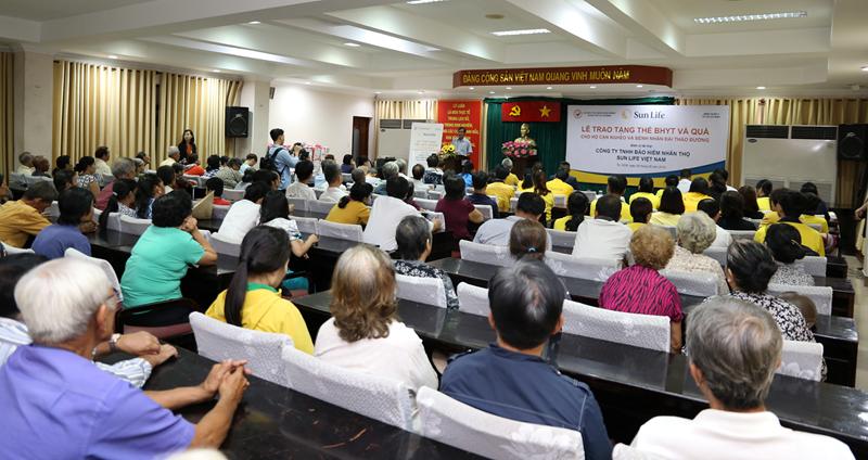 Quang cảnh Lễ trao tặng thẻ BHYT và quà tặng cho các hộgia đình cận nghèo trên địa bàn quận 4, TP. Hồ Chí Minh.