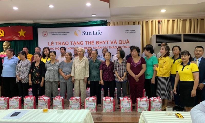 Sun Lifetrao tặng 537 thẻ BHYT và 80 phần quà cho các hộ gia đình, cá nhân cận nghèo và bệnh nhân đái tháo đường đang sinh sống trên địa bàn quận 4, TP. Hồ Chí Minh.