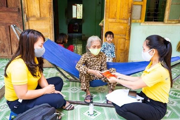 Nhân viên bưu điện thực hiện chi trả lương hưu, trợ cấp BHXH tại nhà cho người dân trên địa bàn huyện Tiên Phước, tỉnh Quảng Namtrong thời gian tiếp tục thực hiện các biện pháp phòng, chống dịch Covid-19