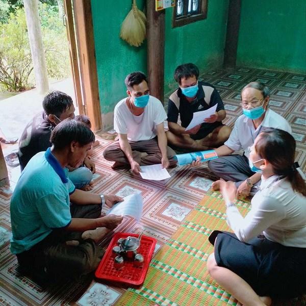 Cán bộ BHXH huyện A Lưới, tỉnh Thừa Thiên Huế tuyên truyền BHXH tự nguyện đến vớingười dân