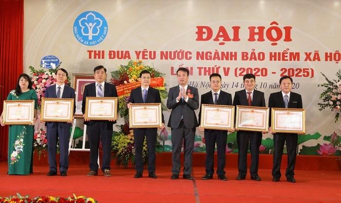 Ông Nguyễn Thế Mạnh - Tổng Giám đốc BHXH Việt Nam trao tặng Bằng khen của Thủ tướng Chính phủ cho 7 cá nhân của ngành BHXH Việt Nam.