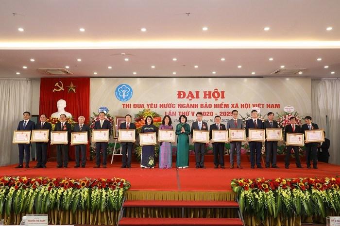 Phó Chủ tịch nước Đặng Thị Ngọc Thịnh trao tặng 17 Huân chương Lao động cho các tập thể, cá nhân của ngành BHXH.