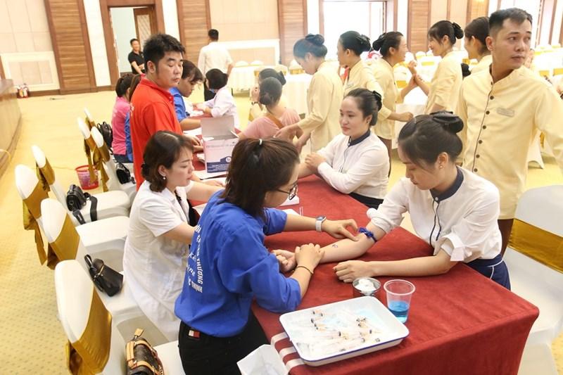 Các cán bộ, nhân viên được kiểm tra sức khỏe và xét nghiệm sàng lọc trước khi hiến máu.