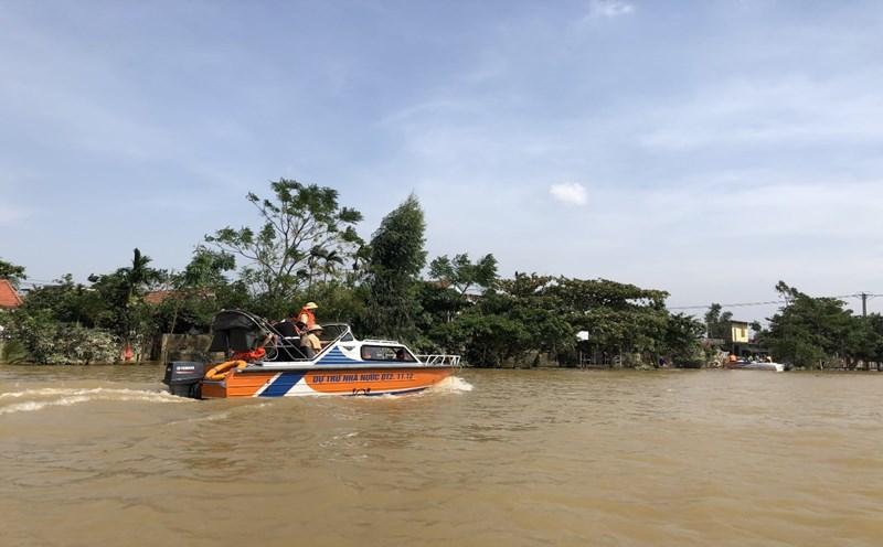 Xuồng cứu hộ DTQG được sử dụng cứu hộ, cứu nạn và chở hàng tiếp tế người dân vũng lũ trên sông Kiến Giang, tỉnh Quảng Bình.