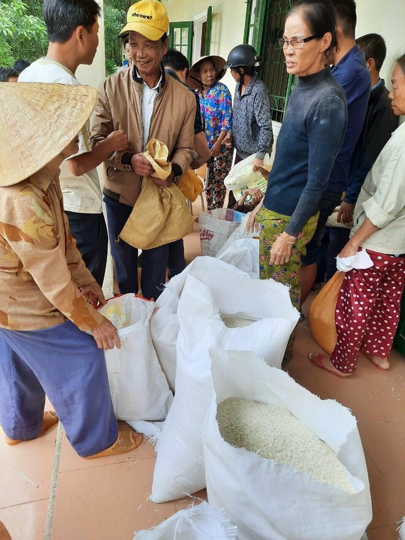 Niềm vui của người dân xã Lộc Hà, huyện Phú Lộc, tỉnh Thừa Thiên – Huế khi được nhận gạo cứu trợ DTQG.
