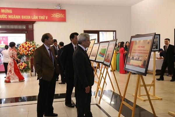 Các đại biểu thăm quan gian triển lãm ảnh về hoạt động của ngành BHXH Việt Nam