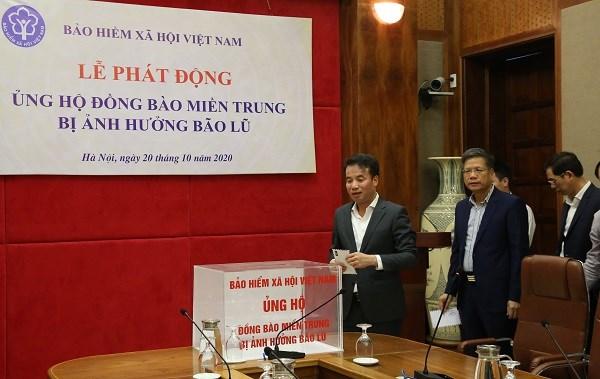 Lãnh đạo BHXH Việt Nam quyên góp hỗ trợ đồng báo miền Trung bị bão lũ tại Lễ phát động quyên góp, hỗ trợ người dân các tỉnh miền Trung bị bão lũ của BHXH Việt Nam (ngày 20/10/2020)