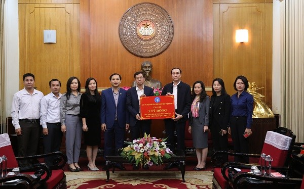 Thay mặt lãnh đạo BHXH Việt Nam, Phó Tổng Giám đốc Đào Việt Ánh đã trao số tiền 1 tỷ đồng hỗ trợ đồng bào miền Trung bị bão lũ của ngành BHXH Việt Nam thông qua Ủy ban Trung ương Mặt trận Tổ quốc Việt Nam
