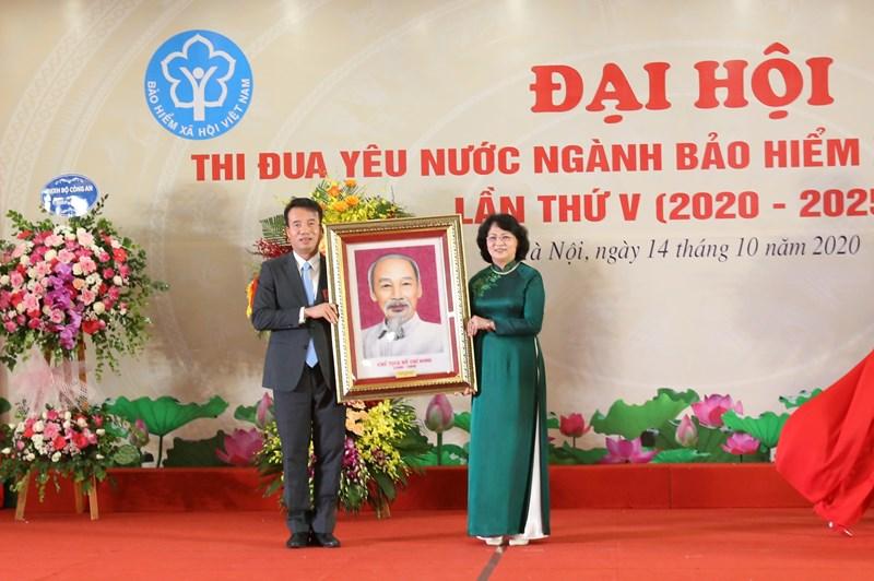 Phó Chủ tịch nước Đặng Thị Ngọc Thịnh tặng BHXH Việt Nam bức chân dung Chủ tịch Hồ Chí Minh