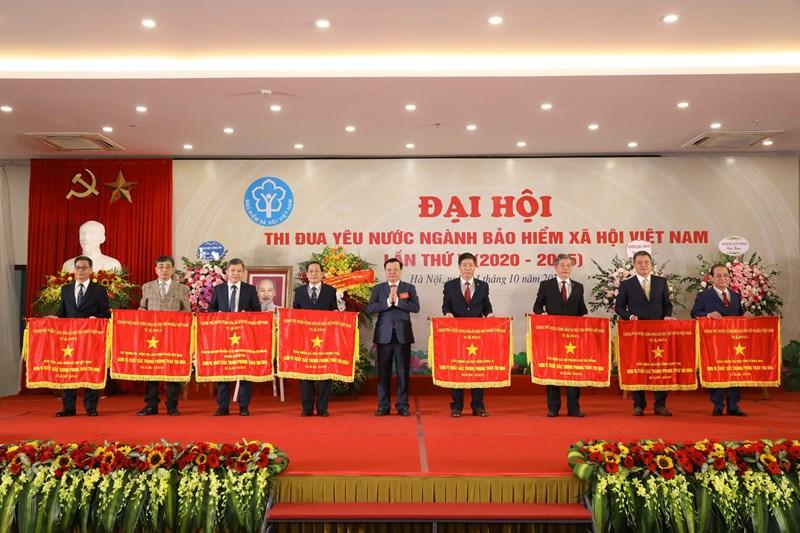 Bộ trưởng Bộ Tài chính Đinh Tiến Dũng, Chủ tịch Hội đồng quản lý BHXH Việt Nam trao tặng Cờ Thi đua của Chính phủ cho 8 tập thể của ngành BHXH Việt Nam