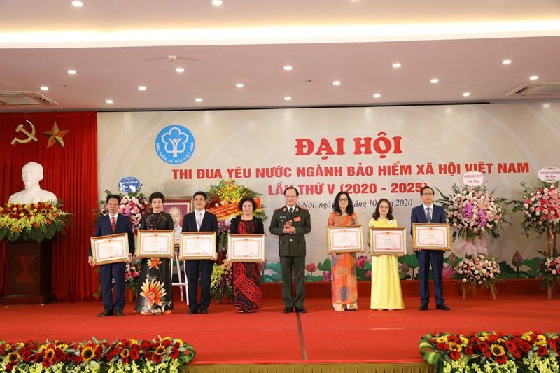 Thượng tướng Nguyễn Văn Thành - Thứ trưởng Bộ Công an, Ủy viên Hội đồng quản lý BHXH Việt Nam trao tặng Bằng khen của Thủ tướng Chính phủ cho 7 tập thể của ngành BHXH Việt Nam