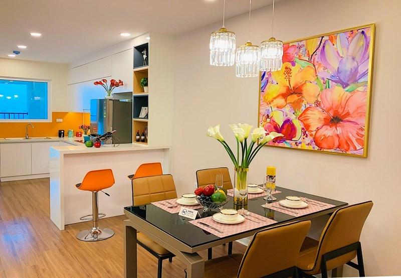 Sự chuyển đổi và kết nối không gian giữa khu bếp và phòng ăn được tính toán khéo léo.