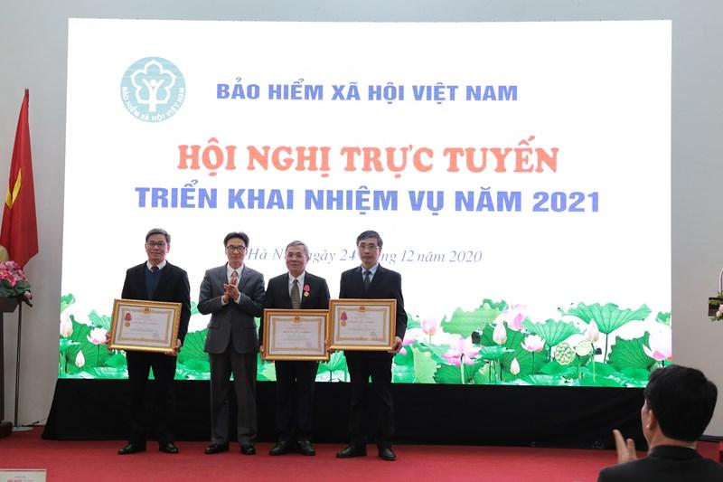 Thừa uỷ quyền của Chủ tịch nước, Uỷ viên Ban chấp hành Trung ương Đảng, Phó Thủ tướng Chính phủ Vũ Đức Đam đã trao tặng Huân chương Lao động hạng Nhất, Nhì, Ba cho 03 tập thể và cá nhân của BHXH Việt Nam.