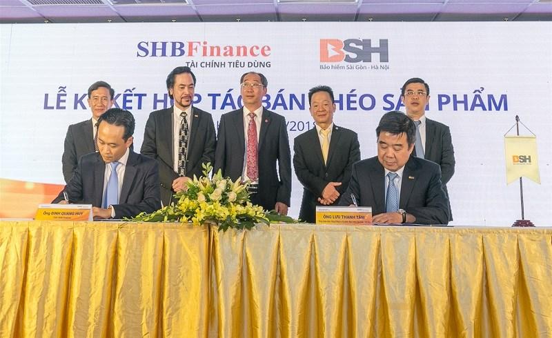 Lễ ký hợp đồng hợp tác bán chéo sản phẩm giữa BSH và SHB Finance.