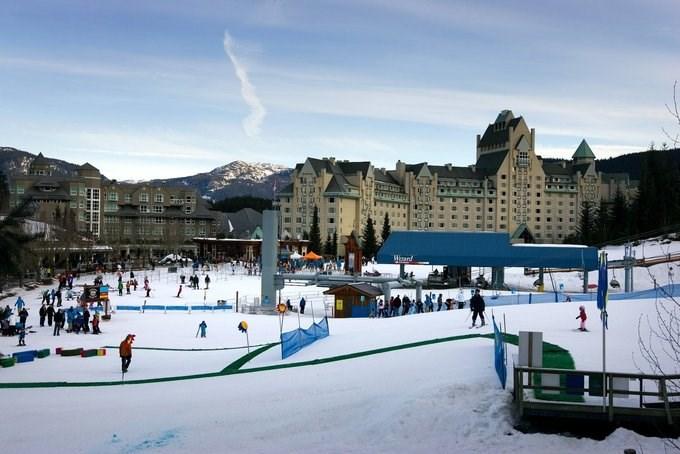 Vợ chồng Ivanka rất thích các kỳ nghỉ trượt tuyết và từng gây xôn xao tại các khu nghỉ dưỡng ở Aspen, Colorado và Whistler, Canada khi đi trượt tuyết cùng một đội an ninh. Trong một chuyến đi đến Cộng hòa Dominican năm 2017, hóa đơn an ninh của họ lên tới 58.000 USD. Ảnh: Robert Giroux/Getty Images