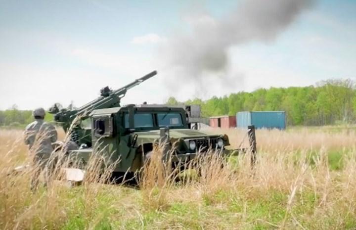 Pháo 105mm Hawkeye dùng kiểu pháo theo chuẩn quân đội Mỹ M20 105mm gắn trên xe kéo M1152A1w/B2 HMMWV do đó chiếm diện tích bố trí rất nhỏ. Ảnh: Business Insider.