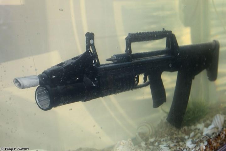 Mặc dù được phát triển với mục đích ưu tiên cho tác chiến dưới nước, nhưng súng ADS vẫn được bổ sung thêm một thiết bị kẹp nòng để lắp ống phóng lựu bắn đạn 40 mm VOG-25/25P. Ảnh: War Is Boring.