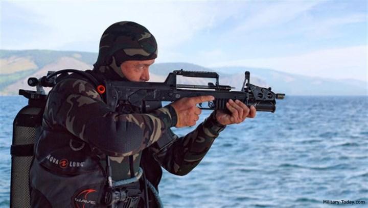 Ngoài khả năng tác chiến 2 môi trường, ADS còn sử dụng nguyên lý thiết kế hất vỏ đạn về phía trước, do đó giảm được hiện tượng vỏ đạn văng vào mặt xa thủ hay xuất hiện khói thuốc làm giảm tầm nhìn. Ảnh: Military-Today.