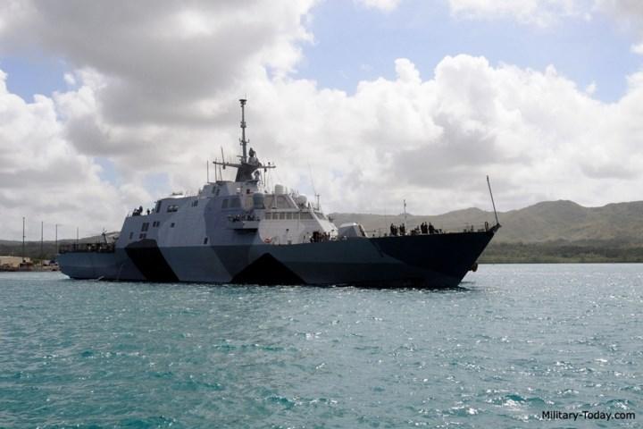 Do là loại tàu chiến đấu ven bờ, USS Freedom được thiết kế với các đặc điểm: nhỏ, nhanh, linh hoạt; dựa trên các module có thể thay thế; chi phí hợp lý; đa nhiệm; có khả năng tàng hình; liên kết với hệ thống quản lý tác chiến thống nhất. Ảnh: Military-Today.