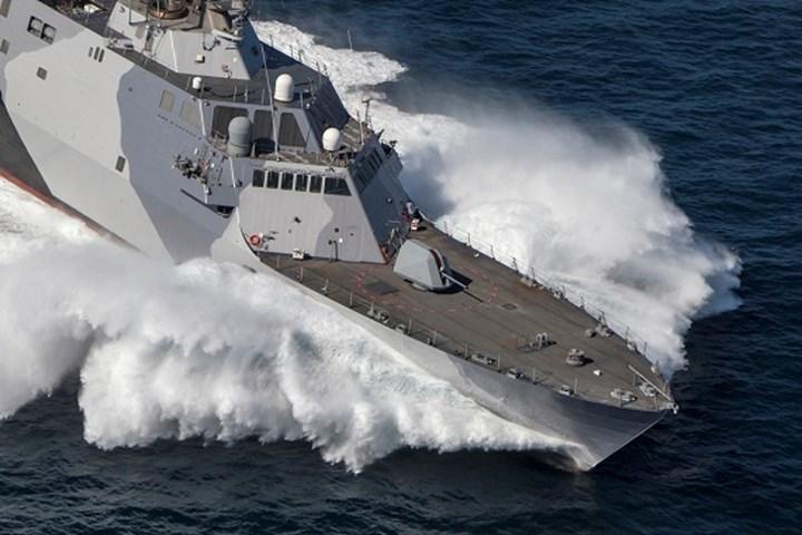 Tàu USS Freedom còn có 2 pháo bắn nhanh Mk44 Bushmaster II cỡ 30mm, hệ thống tên lửa phòng không tầm thấp RIM-116 có tầm bắn hiệu quả 9km. Ảnh: Defense News.