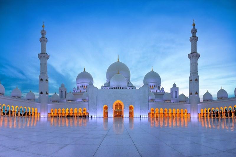 Đại thánh đường Sheikh Zayed được dựng nên bởi 100 ngàn tấn đá cẩm thạch, có sức chứa 40.000 tín đồ đến cầu nguyện.