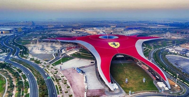 Công viên giải trí Ferrari World Abu Dhabi có thiết kế ấn tượng và hấp dẫn.