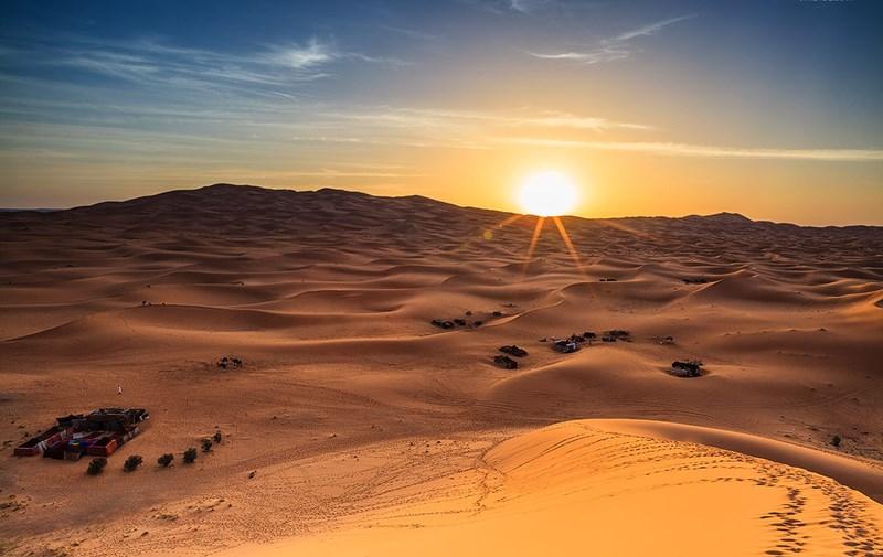 Những cồn cát sa mạc xung quanh Abu Dhabi. Tháng 6 tới tháng 9 tại đây hay xảy ra các trận bão cát.Tuy