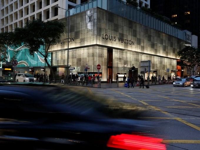 Nơi mua sắm yêu thích của giới giàu có Hong Kong bao gồm The Landmark với cửa hàng flagship tại châu Á của Louis Vuitton, con phố Tsim Sha Tsui's Canton với hàng loạt cửa hàng xa xỉ như Gucci, Marc Jacobs, Chanel, Dior liên tiếp nhau.