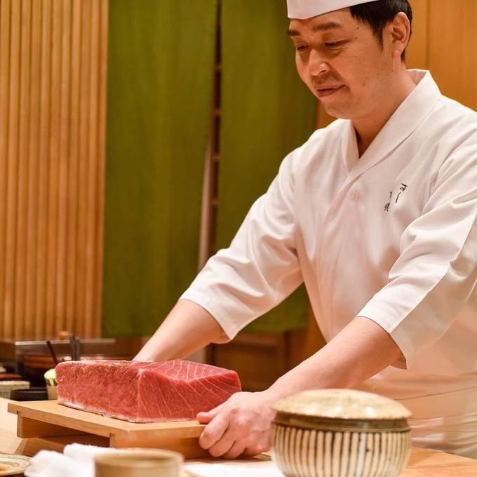 Bạn cũng có thể bắt gặp một tỷ phú USD ăn tối tại Sushi Shikon, một trong 82 nhà hàng có sao Michelin tại Hong Kong. Một set ăn tối với 6 món khai vị, 10 miếng sushi, một chén súp và tráng miệng có giá 450 USD.