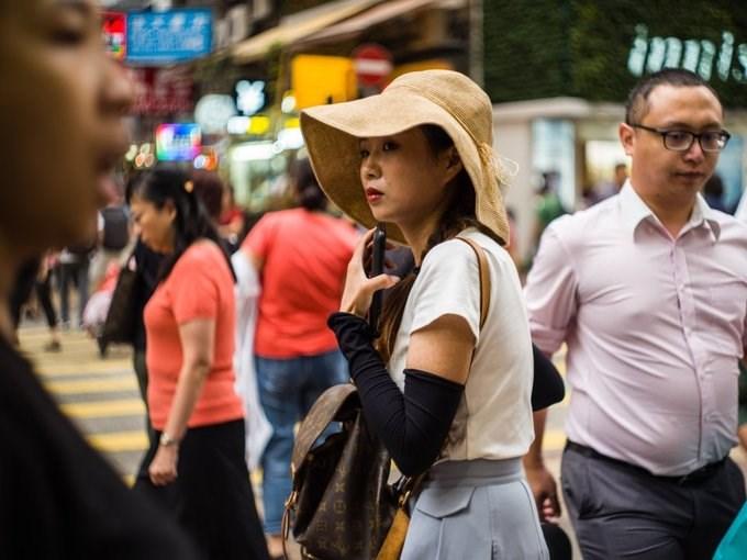 Cứ 7 người Hong Kong thì có một triệu phú USD. Có ít nhất 10.000 người có tài sản từ 30 triệu USD đang sinh sống tại đây.