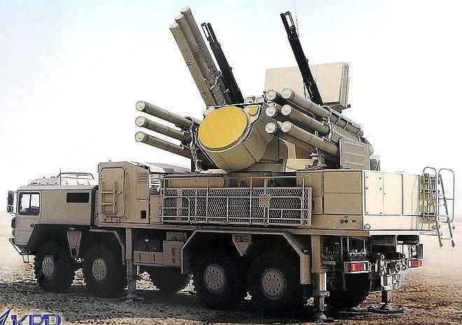 """Chính vì vậy, Pantsir-S1 đã được Quân đội Nga giao cho trọng trách là """"cận vệ"""" của hệ thống phòng không tầm xa S-400 Triumf, chuyên tiêu diệt tên lửa hay máy bay bay thấp âm thầm xâm nhập trận địa."""