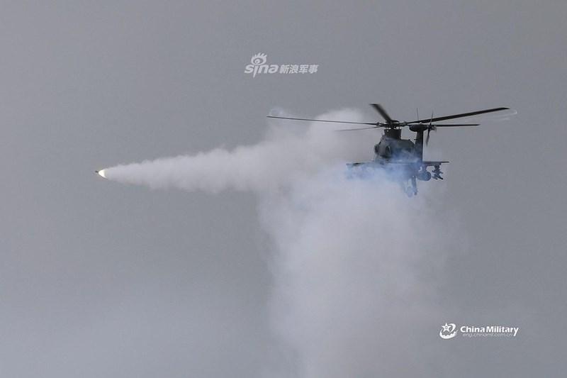 Trong cuộc huấn luyện vừa qua, các trực thăng vũ trang của Trung Quốc đã thực hành khoa mục phóng rocket yểm trợ hỏa lực mặt đất và triển khai tên lửa AKD-10 để chế áp thiết giáp đối phương.