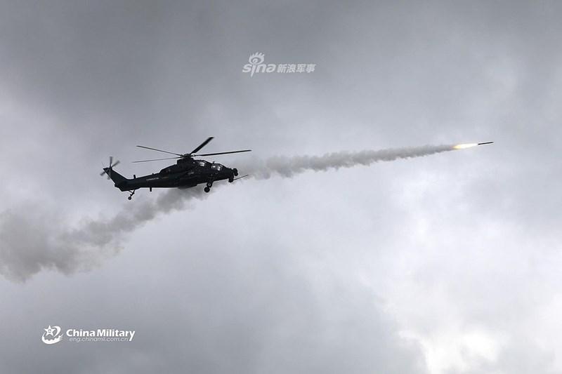 Với tầm bắn 8 - 10 km, tên lửa AKD-10 có thể khai hỏa ngoài tầm hỏa lực của các hệ thống tên lửa phòng không vác vai, thậm chí an toàn trước nhiều hệ thống tên lửa tầm ngắn.