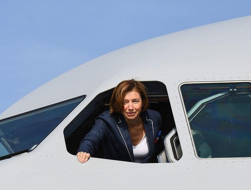 Bộ trưởng Quốc phòng Pháp Florence Parly đứng bên cửa sổ máy bay vận tải chở dầu đa năng Airbus A330 (MRTT) của Không quân Pháp trong một sự kiện tại căn cứ quân sự Istres, miền Nam nước Pháp, ngày 19/10/2018