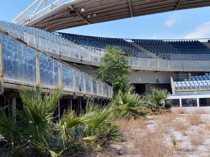 Chính phủ Hy Lạp đã bỏ ra số tiền khổng lồ để xây dựng các điểm thi đấu cho Olympic Athens 2004. Tuy nhiên, số công trình này sau đó đều bị bỏ hoang. Việc này càng đáng chú ý khi Hy Lạp đã chi vượt ngân sách hàng tỷ USD cho Olympic.