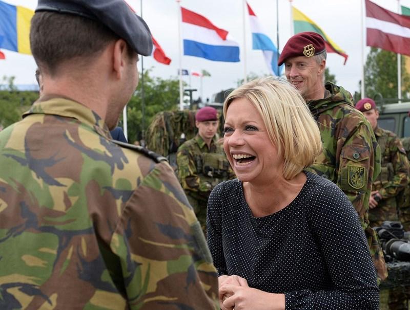 Bộ trưởng Quốc phòng Hà Lan Jeanine Hennis/Plasschaert nói chuyện với một người lính Hà Lan sau cuộc tập trận của Liên minh Bắc Đại Tây Dương (NATO) ở Zagan, tây nam Ba Lan vào ngày 18/6/2015