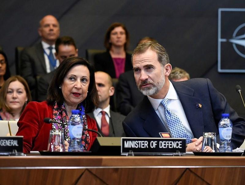Bộ trưởng Quốc phòng Tây Ban Nha Margarita Robles (trái) trao đổi với Quốc vương Tây Ban Nha Felipe VI (phải) trong cuộc họp tại trụ sở NATO ở Brussels, Bỉ vào ngày 21/11/2018.