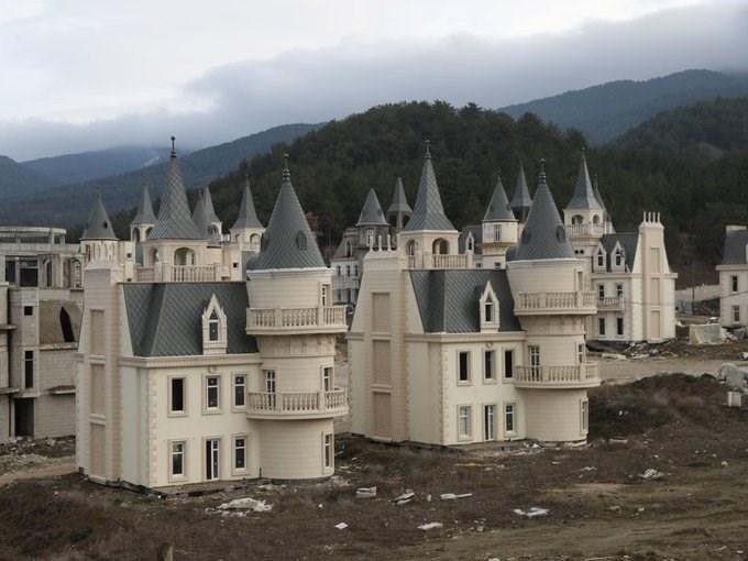Năm 2014, một hãng bất động sản ở Thổ Nhĩ Kỳ đã xây các căn biệt thự mô phỏng lâu đài mini cho giới giàu có. Khu này có tên Burj Al Babas, nằm tại thị trấn Mudurnu. Các căn giống hệt nhau, có giá 400.000 – 500.000 USD.
