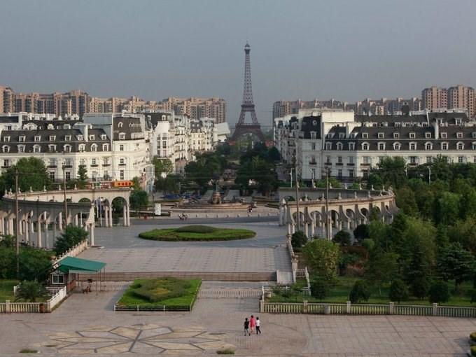 Trung Quốc có rất nhiều thị trấn ma nổi tiếng. Tuy nhiên, Tianducheng là một trong các thị trấn thu hút nhiều sự chú ý nhất, vì là bản sao của Paris.